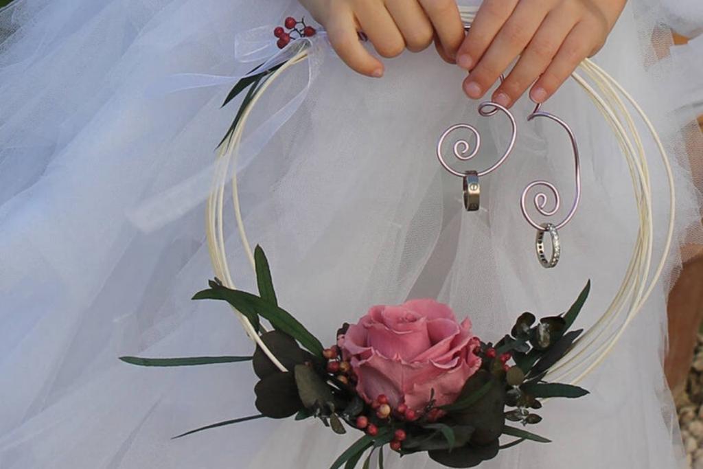 anillos de boda en estructura colgante